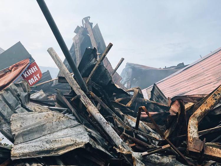 Bất chấp mưa lớn chợ Gạo Hưng Yên lại bùng cháy dữ dội trở lại, cả một góc chợ tan hoang