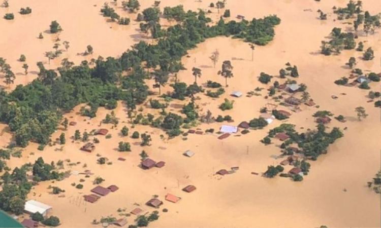Vụ vỡ đập khiến 1.300 ngôi nhà chìmtrong nước lũ. Ảnh: VNE.