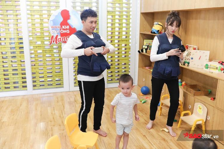 Trấn Thành và Hari dạy nhảy cho các bé.