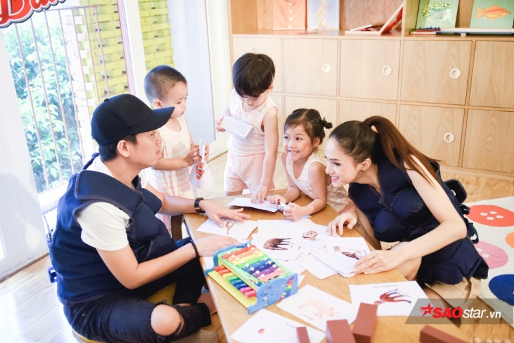 Bố mẹ Phù Thủy nhiệt tình hướng dẫn các bé ở thử thách đầu tiên.