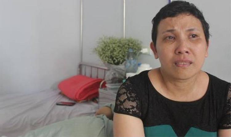 Chị Cẩm Bào vô cùng xúc động khi nhắc đến người đồng hành cùng mình chống chọi với bệnh tật.