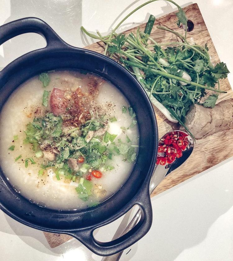 Món cháo mực gạo rang được Lan Khuê chế biến vào nửa đêm.