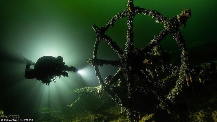 Nhiếp ảnh Pekka Tuurithêm một lần nữa khiến người xem kinh ngạc khi được chiêm ngưỡng bức ảnh tàu Đức Klaus Oldendor, bị chìm vào năm 1942 sau một trận đánh lớn. Hiện tại, con tàu đang nằm tại biển Baltic.