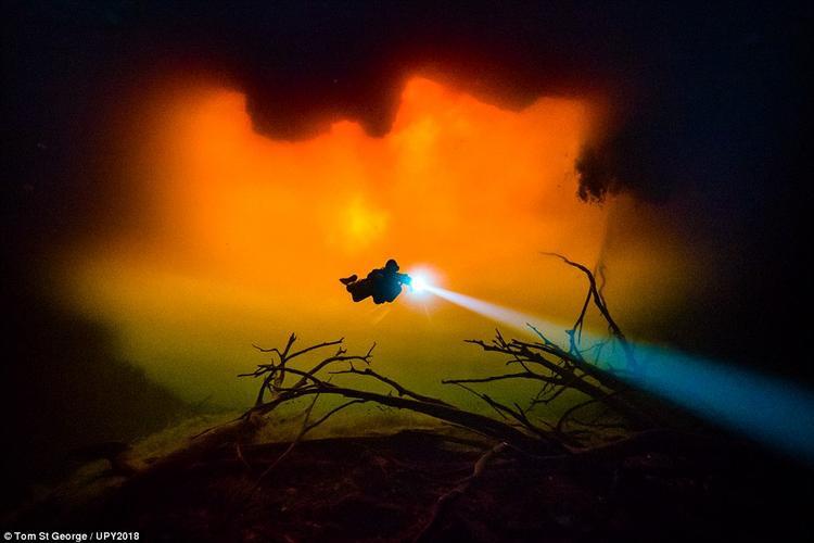 Nhiếp ảnh gia người Mexico, Tom St George chụp bức ảnh này trong một khu vực được gọi là Cenote Carwash. Ông cho biết khu vực này thường xuất hiện những cơn mưa lớn, khiến nước nhiễm bẩn và có màu nâu đỏ.