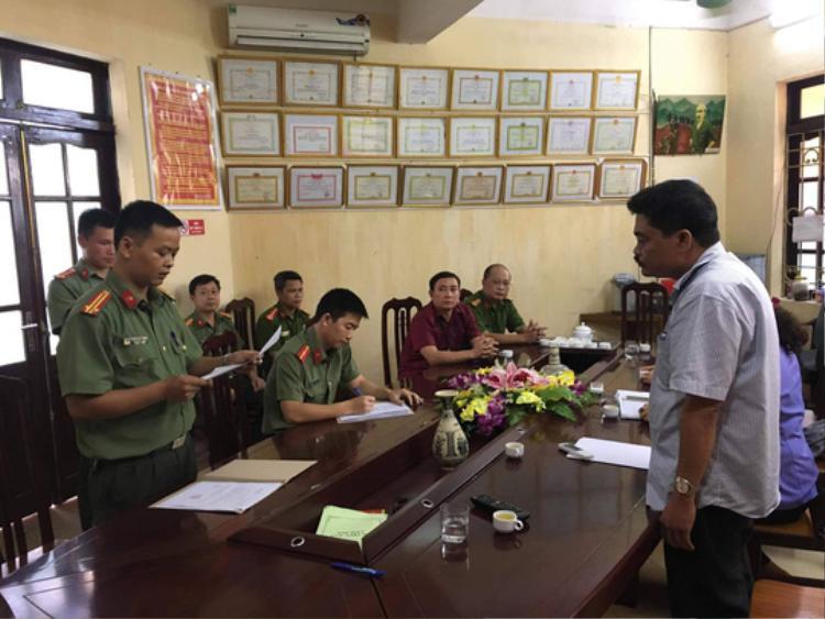 Cơ quan An ninh điều tra Công an tỉnh Hà Giang đọc lệnh bắt tạm giam đối với ông Nguyễn Thanh Hoài. Ảnh: Diệu Loan.