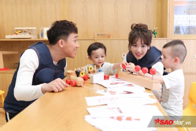 Vợ chồng Trấn Thành - Hari Won cố gắng tạo sự thân thiện để dễ dàng làm quen cùng các bé.