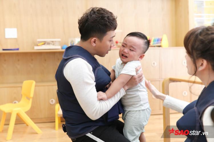 """Ngay thử thách đầu tiên, Trấn Thành gặp """"ca"""" khó khi em bé cứ khóc liên tục."""