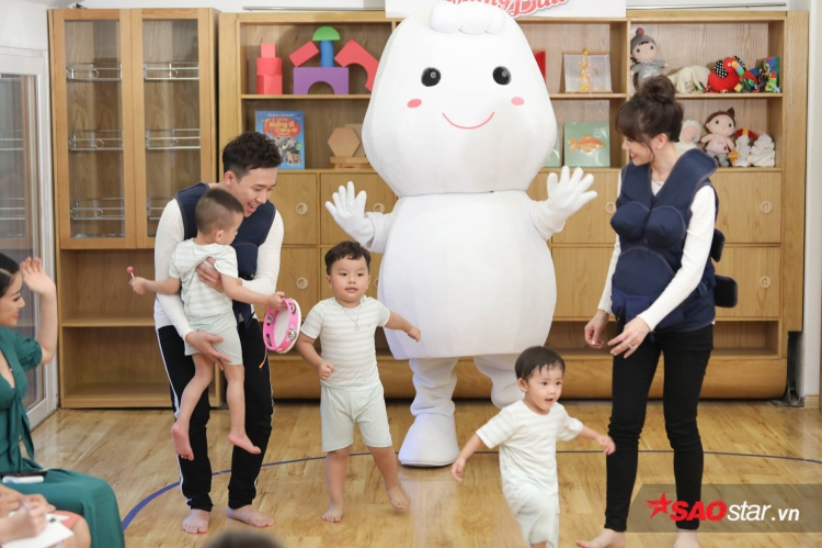 Bước vào phần thi, các bé khá hợp tác cùng vợ chồng Xìn Ri.