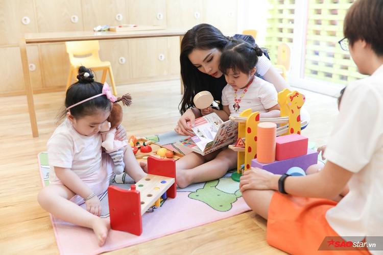 Không chỉ tập trung dạy học, cả hai vẫn cho các bé có thời gian chơi đùa.