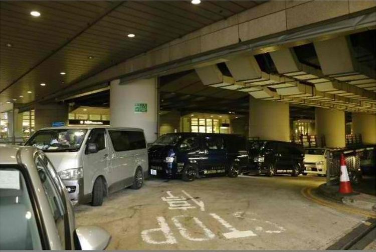Một nguồn tin còn cho biết, sasaeng fan đã thuê gần 10 chiếc xe để bám theo Wanna One.