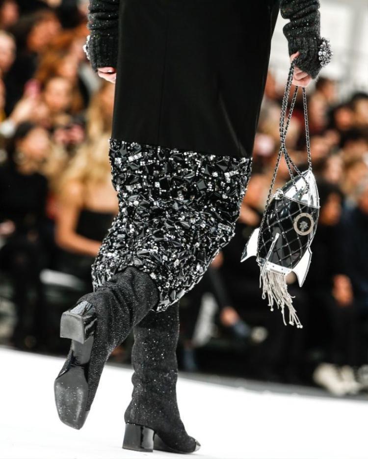 Chiếc túi dáng tên lửa được Chanel trình làng trên sàn catwalk Thu Đông 2017 của nhà mốt nước Pháp.