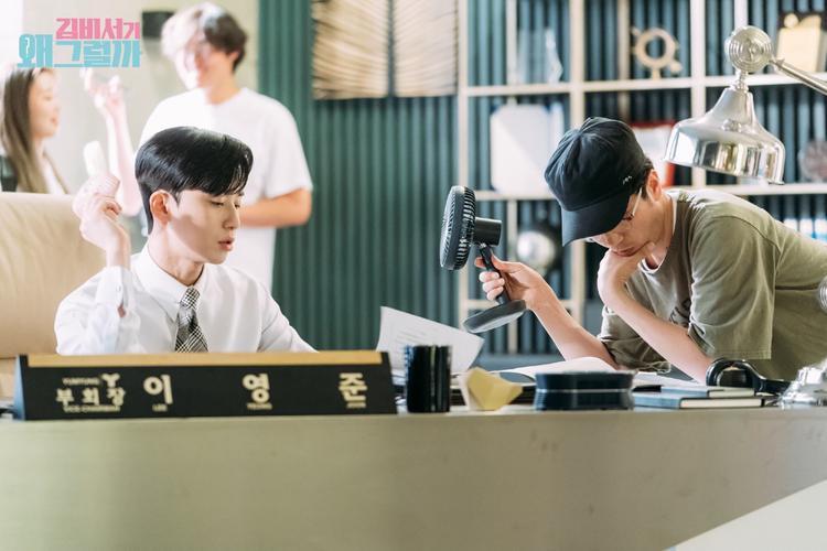 Đạo diễn rất quân tâm Seo Joon luôn, anh ấy còn cầm quạt điện cho nam diễn viên nữa.