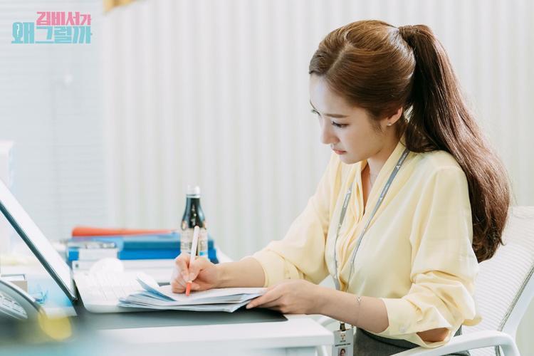 Min Young chú tâm chỉnh sửa, học lại lời thoại của mình.
