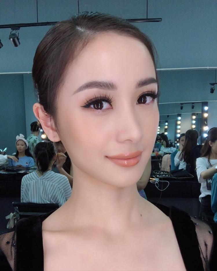 Diễn viên tài năng Jun Vũ quen thuộc với vẻ đẹp mong manh, ngọt ngào nay theo đuổi phong cách trưởng thành, sexy hơn với đôi môi dày căng bóng.