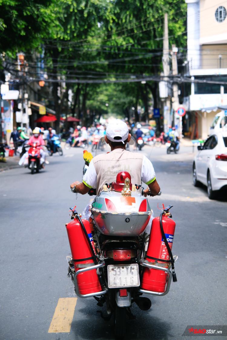 """Vì mỗi ngày, trời Sài Gòn sáng sớm nhộn nhịp và ồn ào, người ta lại thấy chú đèo """"con lợn"""" thong dong đi trên đường, có còi, có nhạc, có vô tư."""