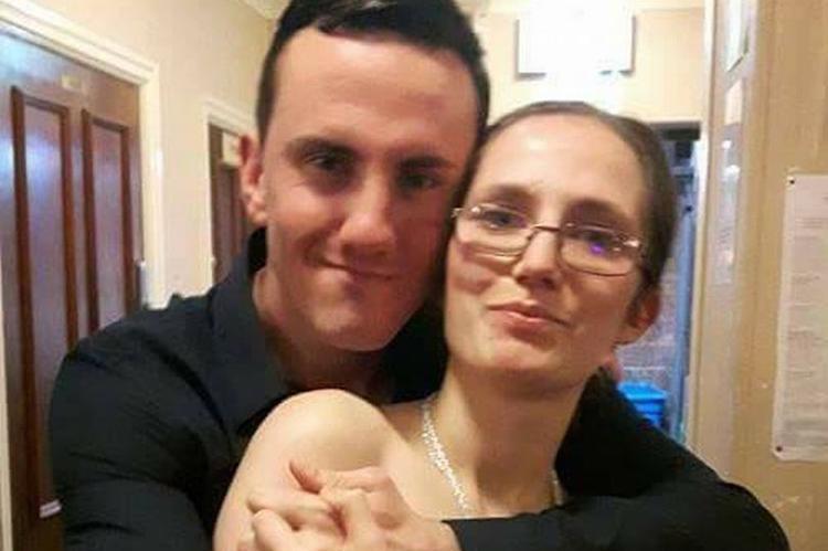 Elliott Bowes và bạn gái Charlotte. Ảnh: Cavendish Press.