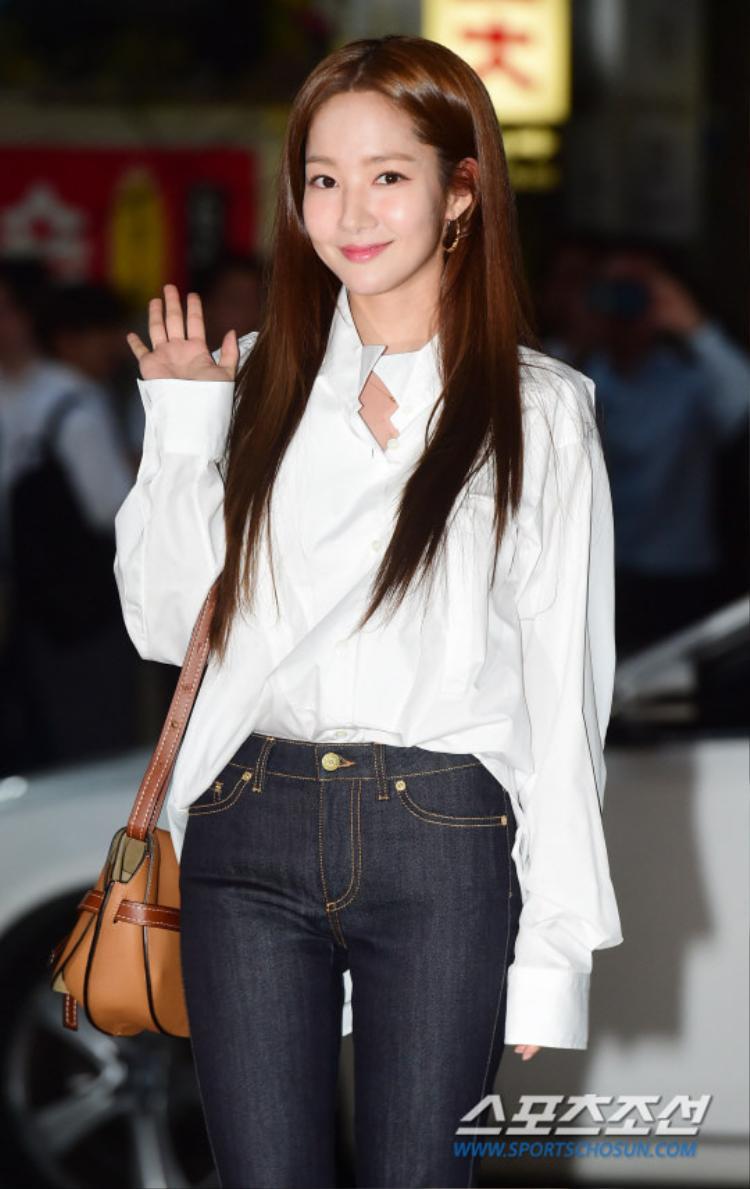 Park Min Young rạng rỡ, thân thiện chào fan.