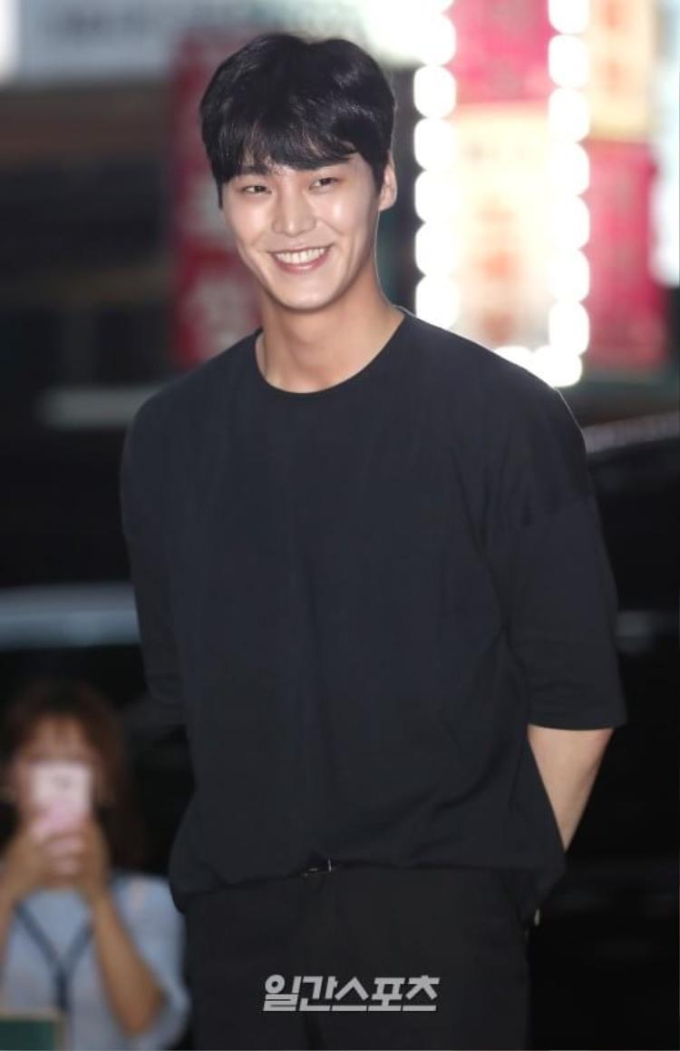 Nụ cười ngọt như mật của Lee Tae Hwan làm ai ấy đều động lòng.