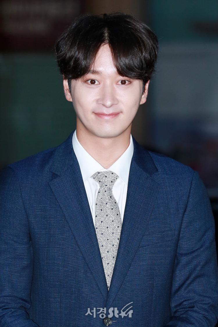 """Nam ca sĩ thần tượng """"quái thú"""" Hwang Chan Sung lịch lãm, trưởng thành trong bộ vest."""