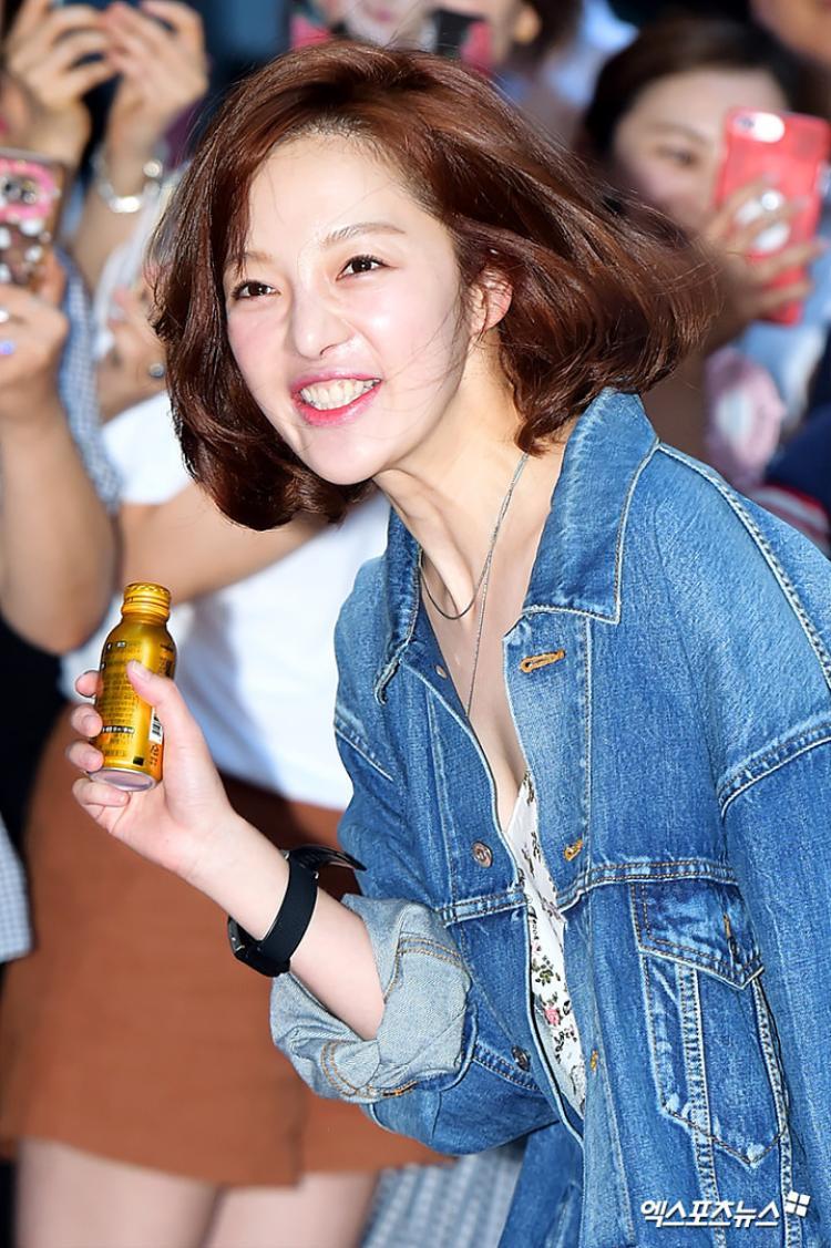 Biểu cảm luôn gây cười của Hwang Bora.