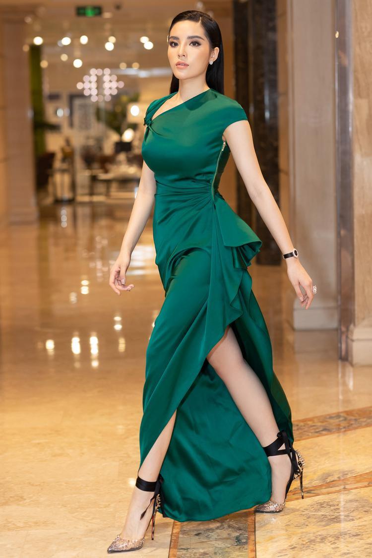 Tại sự kiện, Hoa hậu Việt Nam 2014 tự tin giao tiếp cùng với quan khách bằng tiếng Anh, cô luôn toát ra được phong thái tự tin, lịch thiệp.