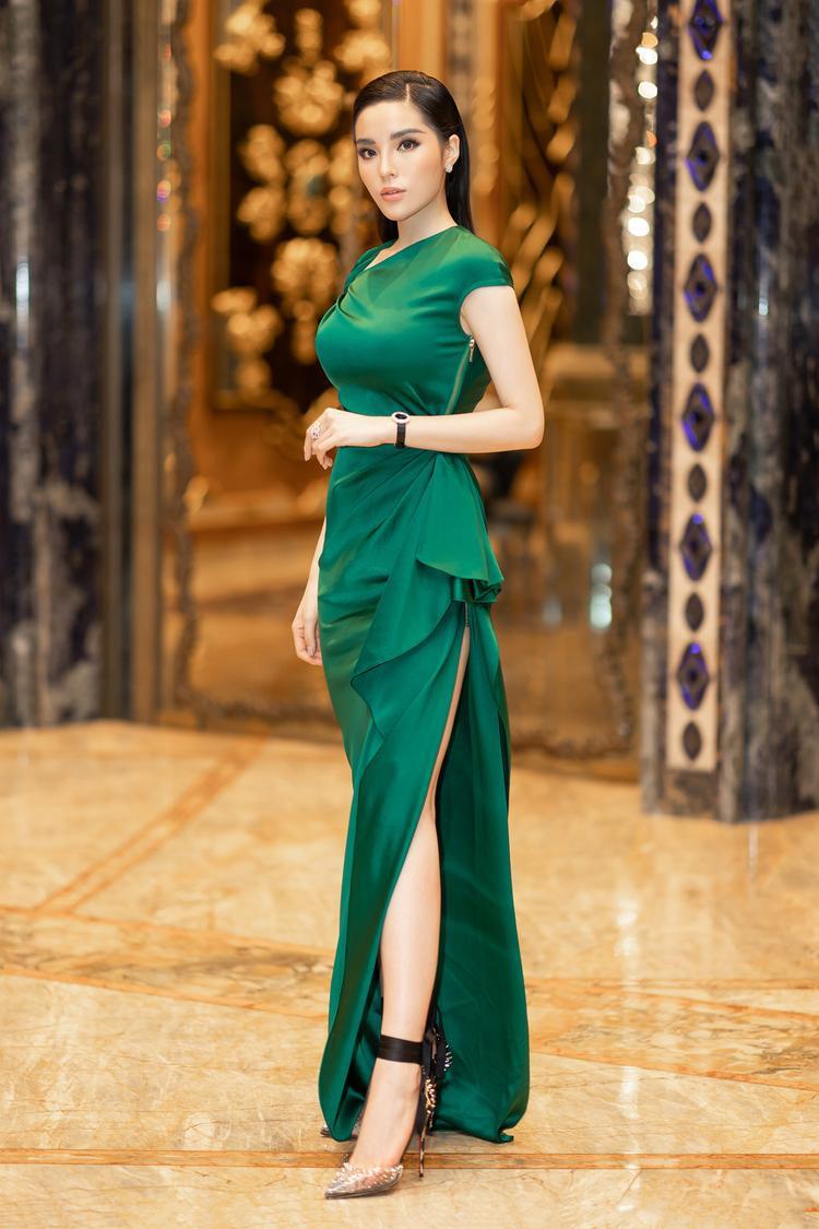 Nhan sắc ở tuổi 22 của Kỳ Duyên ngày càng được khen ngợi, cô thêm phần nhuận sắc khi diện trang phục sexy đi kèm phụ kiện đắt tiền.