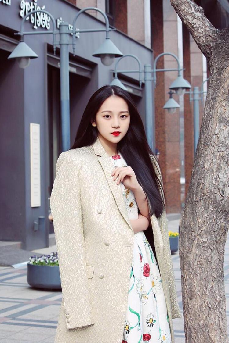 Nàng hot girl ưa thích phong cách thời trang nhẹ nhàng để phù hợp với nét đẹp mong manh của mình.