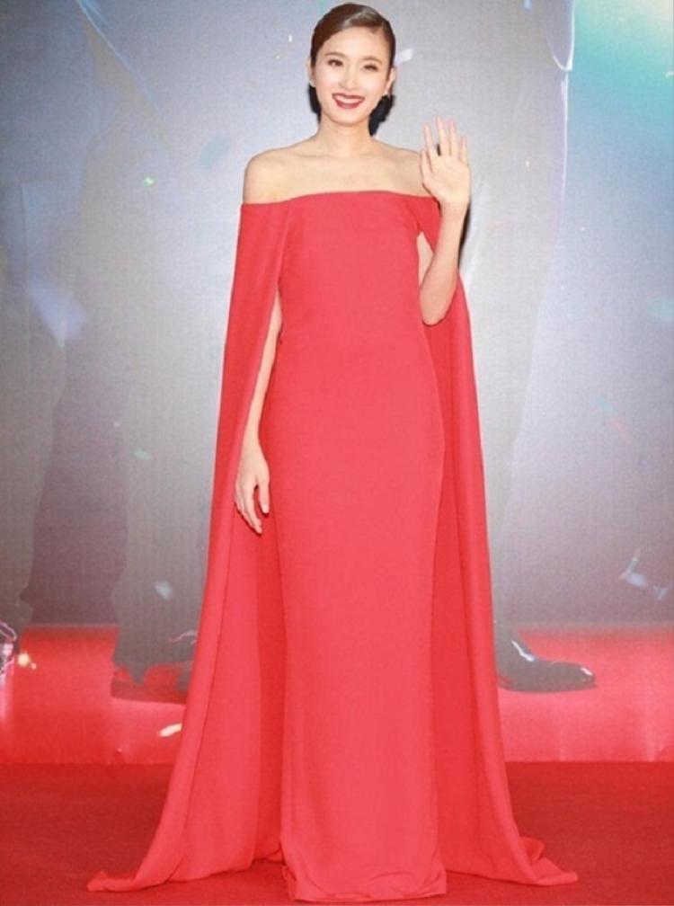 Trong chiếc đầm đỏ trễ vai dáng cape trông Nong Poy chẳng khác gì một nữ hoàng.