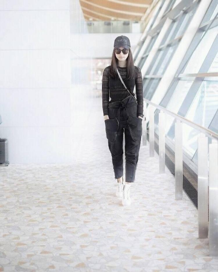 Ca tính với set đồ all black nhấn nhá bằng giày sneaker trắng.
