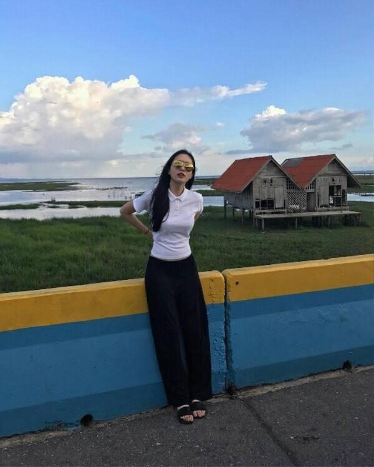 Nhan sắc tuyệt mỹ và thời trang quyến rũ của Nong Poy đã khiến hàng triệu fan Việt đổ gục