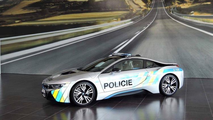 Cộng hòa Séc - BMW i8: Gia nhập câu lạc bộ cảnh sát sử dụng siêu xe gần đây còn có CH Séc với chiếc BMW i8. Đáng tiếc thay, sau chưa đầy 1 tháng phục vụ lực lượng cảnh sát Cộng hòa Séc, chiếc BMW i8 này đã gặp tai nạn khiến 2 người bị thương.