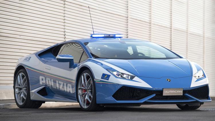 Bologna, Ý - Polizia Lamborghini Huracan:Không giống như Ferrari 485 Spider, siêu xe Lamborghini Huracan này được cảnh sát Ý sử dụng cho mục đích cứu người. Phần cốp trước của xe có khoang làm lạnh để giữ máu và các bộ phận sinh học, mô tươi. Ngoài ra, xe còn có máy khử rung tim để ngăn ngừa đột tử.