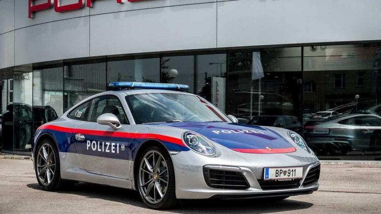 Áo - Polizei Porsche 911:Siêu xe Porsche 911 này đã từng được cảnh sát Áo dùng để tuần tra và xử lý người vi phạm giao thông từ tháng 6 tới tháng 10/2017. Xe sở hữu màu sơn bạc cùng lớp dán xanh và đỏ đại diện cho ngành cảnh sát Áo, đèn chớp trên nóc màu xanh và hệ thống radio liên lạc.