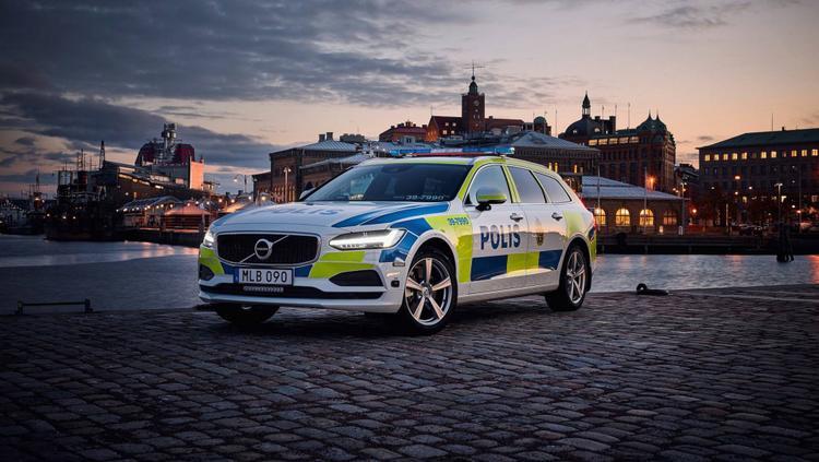 Thụy Điển - Volvo V90: Trước khi được tặng cho cảnh sát Thuỵ Điển, Volvo V90 đã được Volvo nâng cấp để phù hợp cho các tác vụ trong ngành như gia cố khung gầm, nâng cấp hệ thống phanh và sửa lại hệ thống treo. Ngoài ra gương chiếu hậu và nóc xe cũng được gắn thêm đèn chớp.