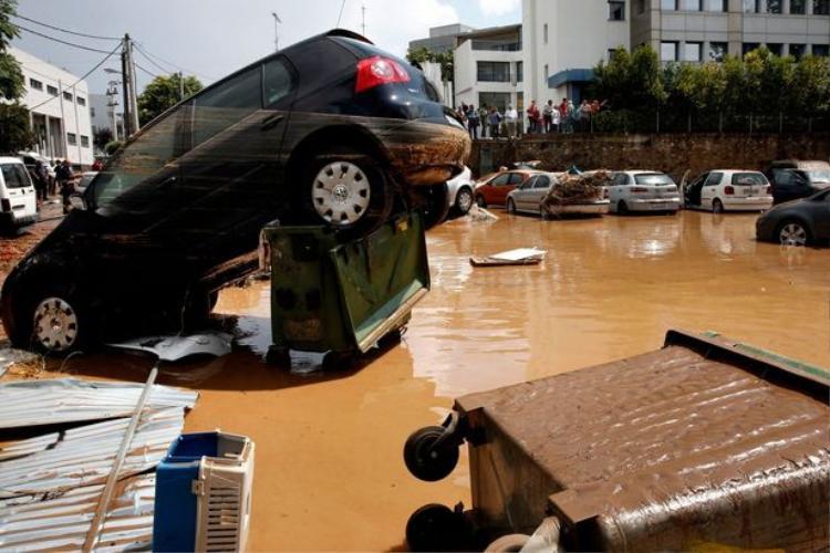 Bộ Quốc phòng Hy Lạp cho biết quân đội đã được triển khai để dọn dẹp đường sá, khơi thông các dòng chảy để ngăn chặn nước lũ hoành hành tại các khu vực vốn bị cháy rừng tàn phá.
