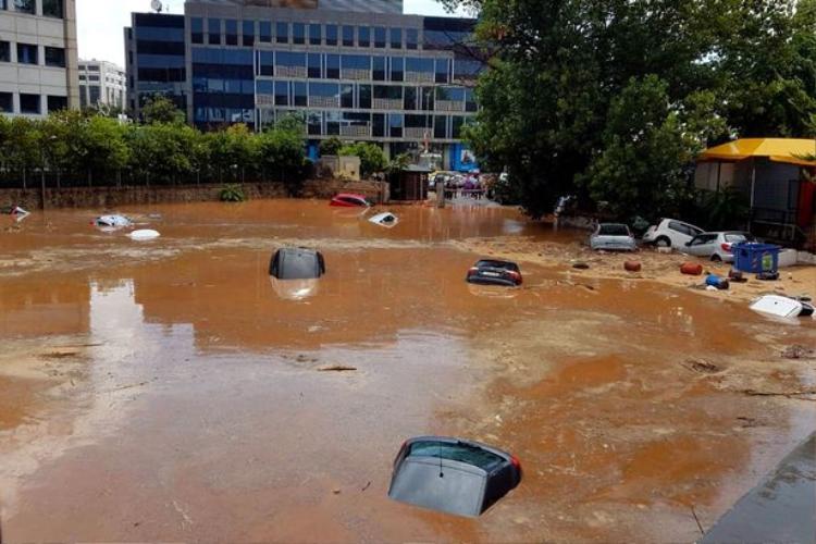 Nước lũ dâng lên ngập tới nóc xe ô tô.