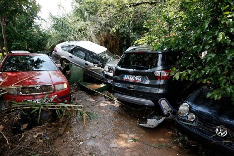 Hàng trăm chiếc xe ô tô bị tàn phá nặng nề.
