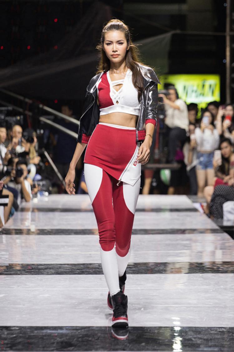 Giải Bạc Siêu mẫu Việt Nam 2013 - Minh Tú được chọn làm gương mặt mở màn cho show diễn. Cô gây ấn tượng với trang phục hở eo cùng sải bước mạnh mẽ.