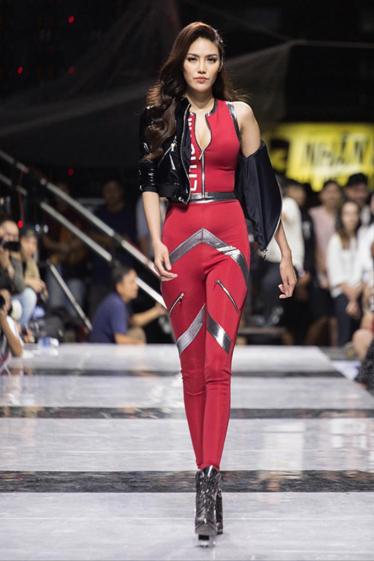 Giải Vàng Siêu mẫu Việt Nam 2013 - Lan Khuê cũng thu hút không kém khi xuất hiện ở vị trí vedette. Với bộ đồ Jumpsuit màu đỏ ấn tượng, điểm xuyết màu bạc, Hoa khôi Áo dài 2014thể hiện những bước đi uyển chuyển.