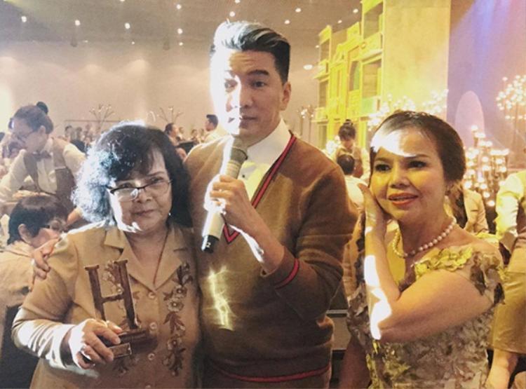 Hình ảnh anh và mẹ trong tiệc sinh nhật. Nhân đó, mẹ Đàm Vĩnh Hưng gửi lời xin lỗi anh.