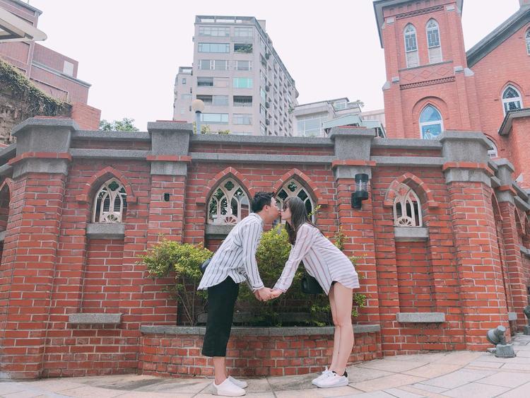 Trấn Thành mới đi xa mấy ngày mà Hari Won đã nhớ nhung không tả nổi đến nỗi phải đăng ảnh nóng