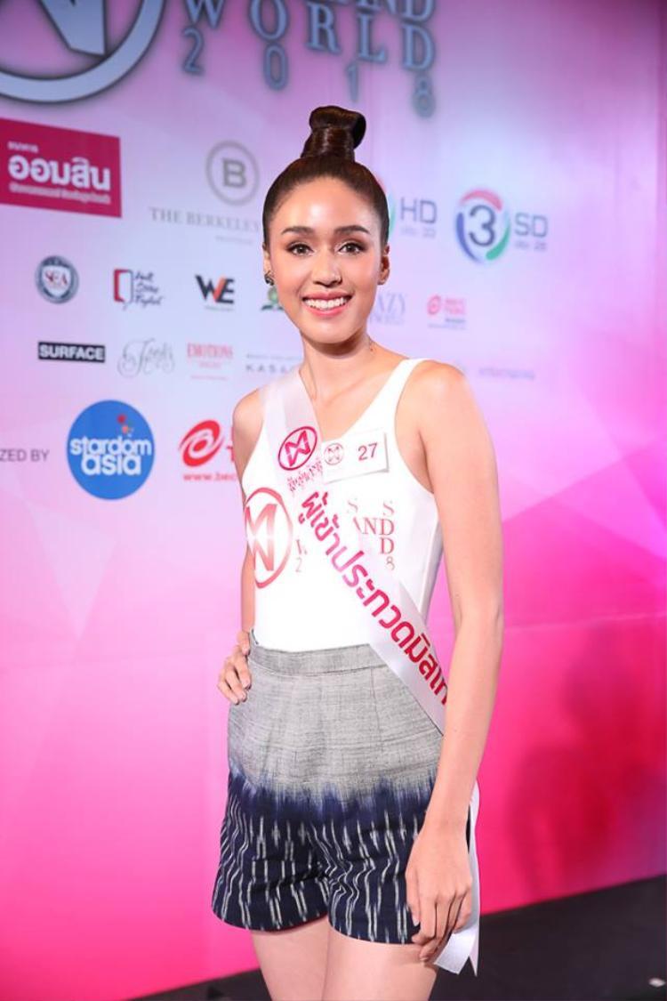 Ngoài những cái tên kém sắc, một vài ứng viên năm nay được chú ý nhờ những cái tên xuất hiện nhẵn mặt. Mỹ nhân 25 tuổi này gây chú ý khi từng lọt top 10 Hoa hậu Hoàn vũ Thái Lan và là chị gái của cựu Hoa hậu Hoàn vũ Thái Lan 2015. Hiện cô đang được dự đoán là ứng cử viên sáng giá cho chiếc vương miện Miss Thailand World.