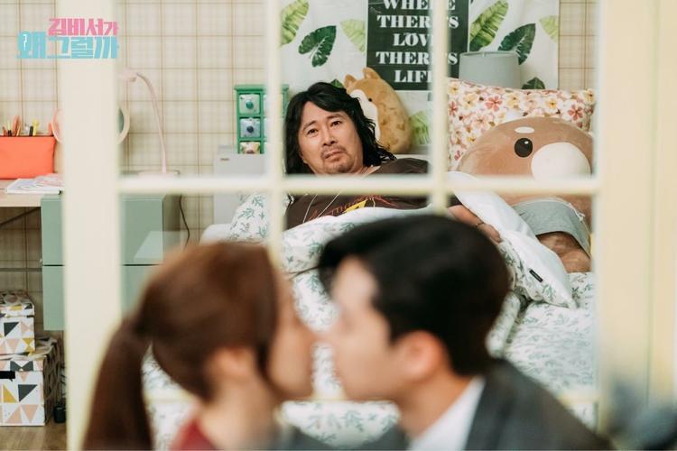 Hôn công khai và cái kết bị bố Mi So bắt gặp.
