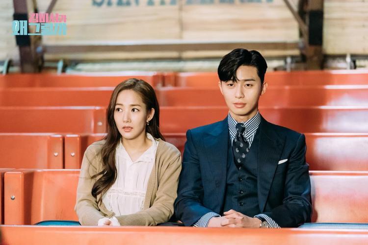 Gương mặt bình thản của Young Joon, và vẻ hoảng sợ, lo lắng của thư ký Kim với trò chơi đáng sợ này trong công viên giải trí.