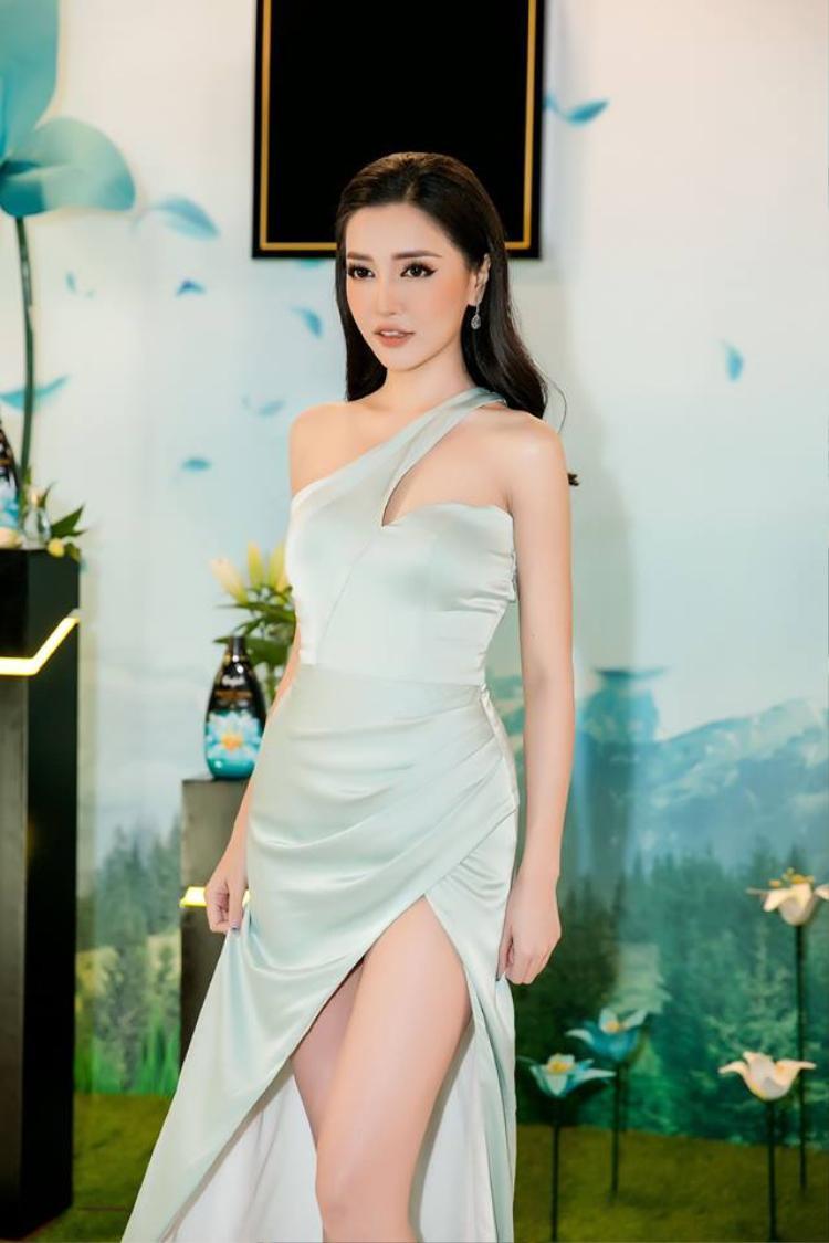 Vạt váy chéo xếp ly ôm sát tôn lên vòng eo con kiến đáng ngưỡng mộ của cô nàng sau giảm cân thành công.