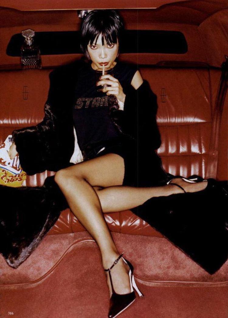 """Năm 1996, hình ảnh của Navia xuất hiện trên bộ lịch danh tiếng Pirelli của Ý, cô cũng vinh dự là người mẫu Châu Á đầu tiên và cũng là người Việt duy nhất đến nay được tạp chí People đưa vào trong danh sách """"50 người đẹp nhất thế giới""""."""