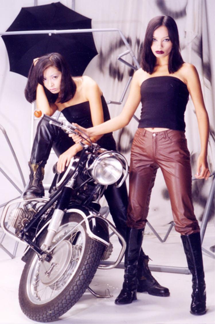 Năm 1993, hai chị em lọt vào top 10 cuộc thi Người đẹp đêm Noel, đó là bước đệm đầu tiên trong sự nghiệp của họ. Sau đó 2 năm, cả hai bắt đầu có dấu ấn khi đoạt giải Người mẫu có phong cách trình diễn ấn tượng nhất tại cuộc thi Tìm kiếm người mẫu châu Á.
