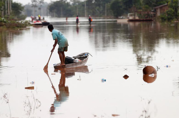 Người dân tại các bản làng tại huyện Sanamxai, tỉnh Attapeu, đông nam Lào đã bắt đầu trở về nhà sau khi nước rút bớt. Ảnh: Dân Trí.