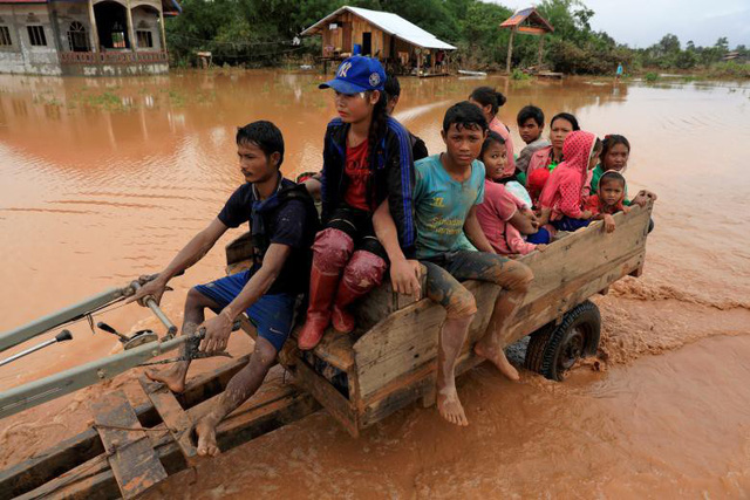 Nước lũ đã cuốn trôi nhiều ngôi nhà, tài sản và hoa màu của người dân tại những bản làng bị ảnh hưởng trực tiếp. Ảnh: Dân Trí.