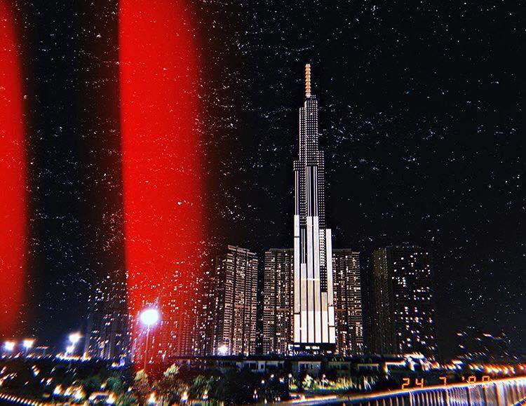 Khung cảnh đêm tại tòa nhà nổi bật với hệ thống đèn chạy dọc thân mình. Ảnh: @trangnguyentrang.